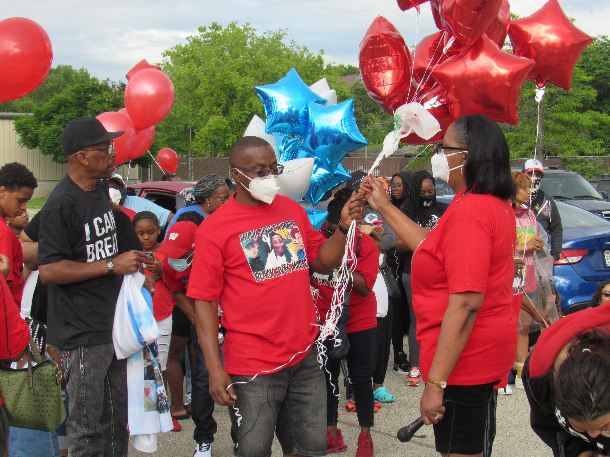 Jay Anderson Sr. and his wife Linda gather with their family, holding balloons to honor Jay Jr. (Photo by Isiah Holmes)